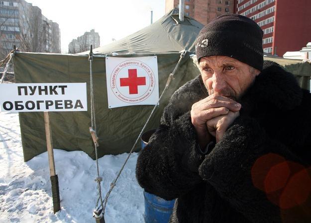 Punkt z ciepłą herbatą dla bezdomnych w Doniecku na Ukrainie /AFP