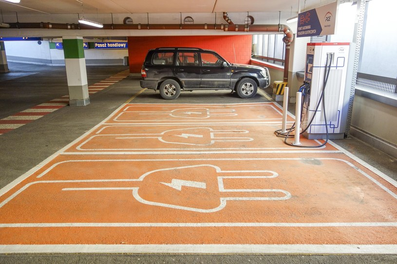Punkty ładowania aut elektrycznych świecą pustkami, ale udział w programie elektromobilności zobowiązuje /Piotr Kamionka /Reporter