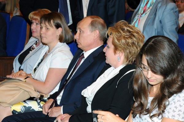 """Para prezydencka ogląda balet """"Esmeralda"""" na Kremlu. Po przedstawieniu poinformowała reportera telewizji """"Rossija24"""" o rozstaniu"""