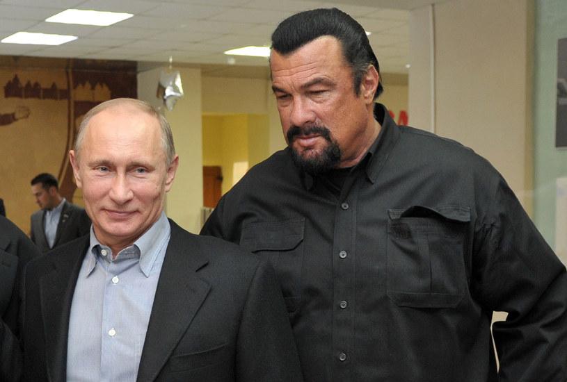 Putin wręczył na Kremlu rosyjski paszport Seagalowi /ALEXEI NIKOLSKY / RIA-NOVOSTI /AFP