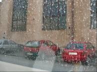 Pył pozostaje na szybach i karoserii samochodów /RMF