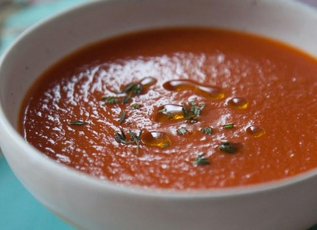 Pyszna zupa ze świeżych pomidorów z ziołami i oliwkami /materiały prasowe