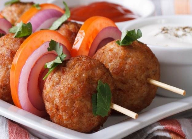 Pyszne szaszłyki z klopsikami i mięsem /©123RF/PICSEL