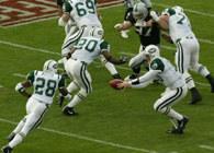 Quarterback podaje piłkę /Chris Reiko
