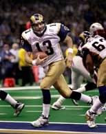 Quarterback Rams Kurt Warner mknie w srtonę strefy przyłożeń