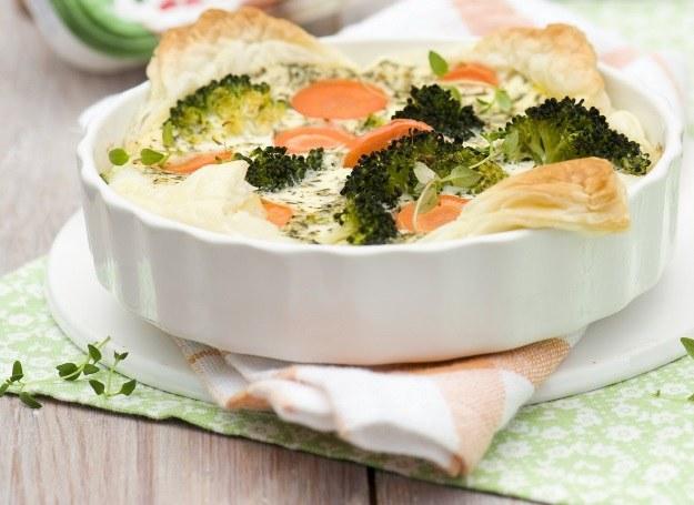 Quiche z brokułami i marchewką /materiały prasowe