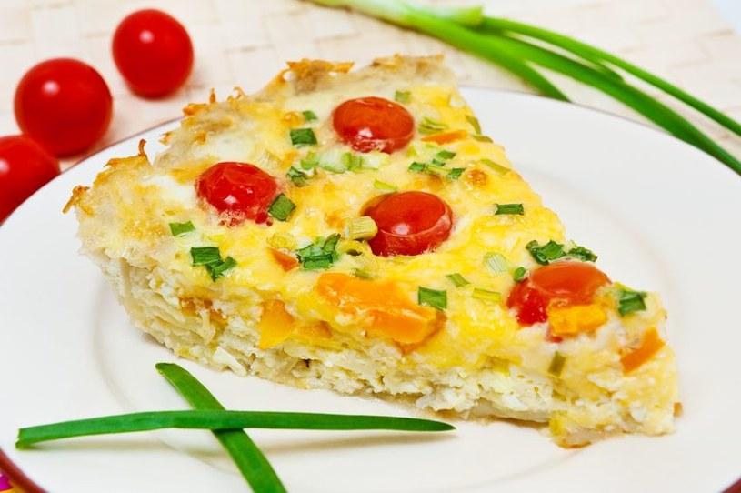 Quiche z ziemniakami i pomidorkami jest idealny solo jako przekąska, lub jako dodatek do obiadu, np. do steka lub kotleta /123RF/PICSEL