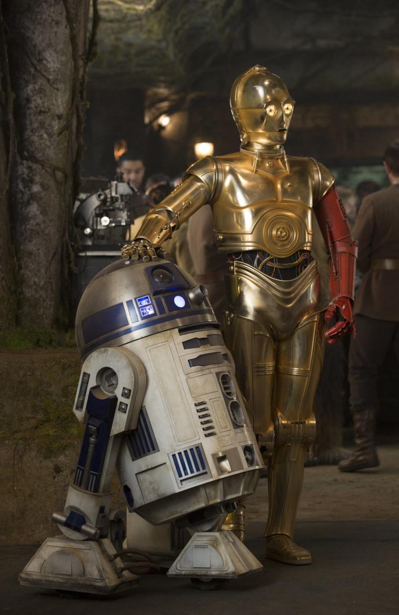 """R2-D2 i C-3PO w filmie """"Gwiezdne wojny: Przebudzenie Mocy"""" /materiały prasowe"""