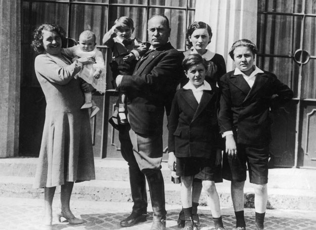 Rachela i Benito Mussolini oraz ich pięcioro dzieci /Getty Images/Flash Press Media