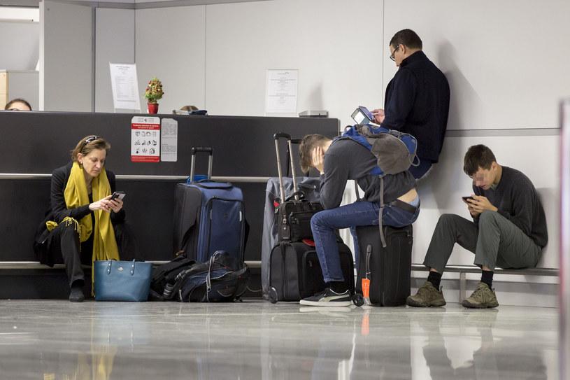 Radek Sikorski z rodziną na lotnisku /Foto IP