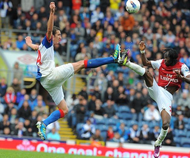 Radosav Petrovic (z lewej) z Blackburn w starciu z Gervinho (Arsenal) /AFP