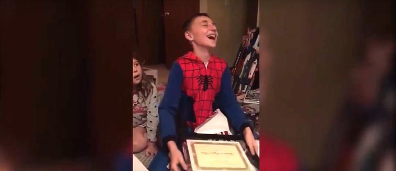 Radość chłopca, który dostał certyfikat adopcji /OiO™ /YouTube