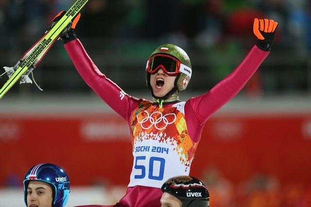 Radość Kamila Stocha po oddaniu zwycięskiego skoku - zdobył drugi złoty medal /SERGEY ILNITSKY /PAP/EPA
