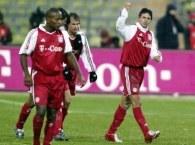 Radość piłkarzy Bayernu po pierwszej bramce, pierwszy z prawej Claudio Pizarro /AFP