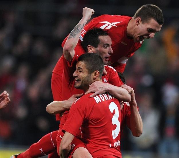 Radość piłkarzy FC Koeln w meczu z Hannoverem /AFP