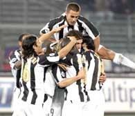 Radość piłkarzy Juventusu po golu Nedveda /AFP