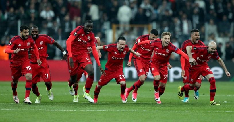 Radość piłkarzy Olympique Lyon. Maciej Rybus (trzeci z prawej) /PAP/EPA