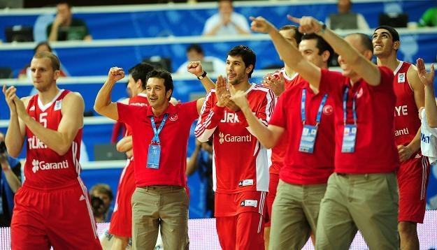 Radość w tureckiej ekipie z awansu do drugiej rundy koszykarskich mistrzostw Europy /PAP/EPA