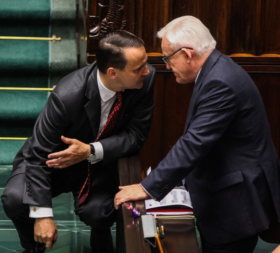 Radosław Sikorski rozmawia z Leszkiem Millerem /Jakub Kamiński   /PAP