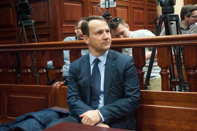Radosław Sikorski został przesłuchany ws. sekcji zwłok ofiar katastrofy smoleńskich /Witold Rozbicki /Reporter