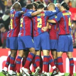 Radosny krąg piłkarzy Barcelony po meczu z Realem /AFP