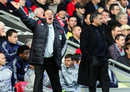 Rafael Benitez (z lewej) wykorzystał słabość Chelsea /AFP