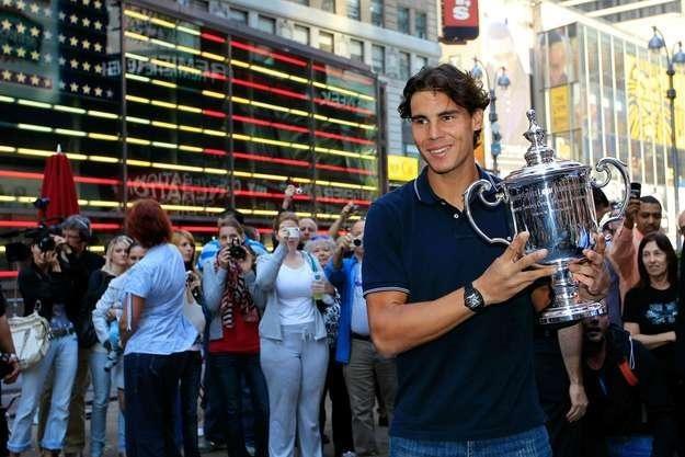 Rafael Nadal z trofeum z US Open, który to turniej wygrał po raz pierwszy w karierze /AFP