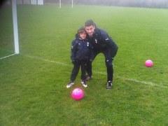 Rafael van der Vaart i syn Damian na treningu młodzików Tottenhamu