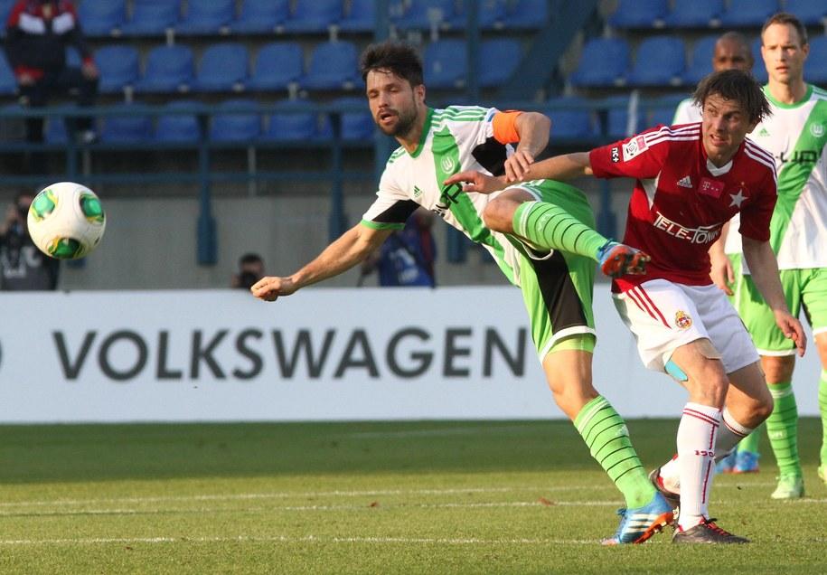 Rafał Boguski z Wisły oraz Diego z VfL Wolfsburg przy piłce podczas towarzyskiego meczu pomiędzy Wisłą Kraków a grającym w 1. Bundeslidze VfL Wolfsburg w Krakowie /Jacek Bednarczyk /PAP