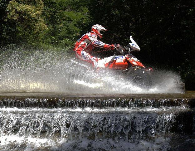 Rafał Sonik na swej yamasze na pierwszym odcinku Rajdu Dakar Victoria - Cordoba. /AFP