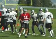 Raiders i Janikowski (z numerem 11) trenują /Chris Reiko