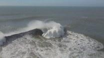 Raj dla odważnych surferów. Gigantyczne fale u wybrzeży Portugalii