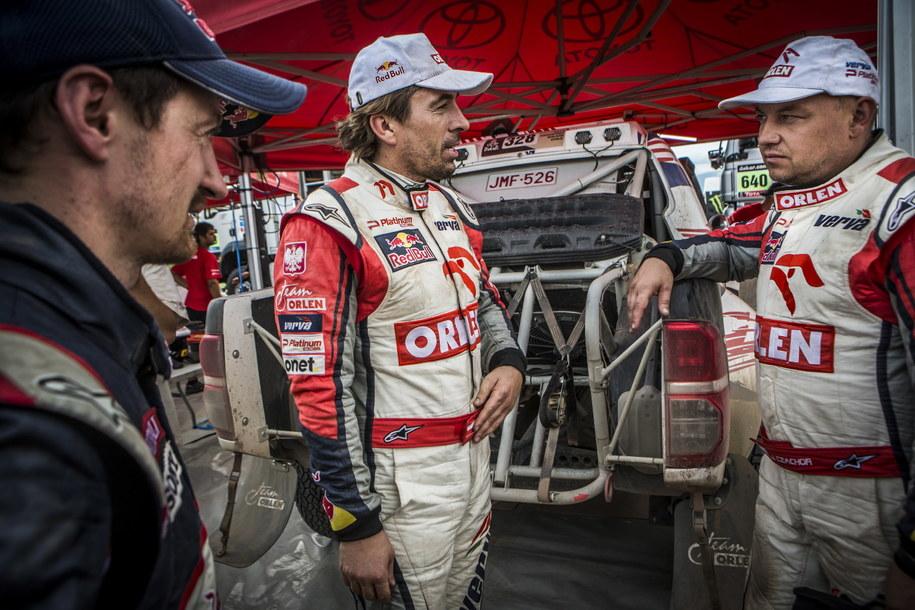 Rajdowcy Marek Dąbrowski, Jacek Czachor i Adam Mał'ysz rozmawiają na biwaku podczas Rajdu Dakar /Orlen Team/Marcin Kin /PAP
