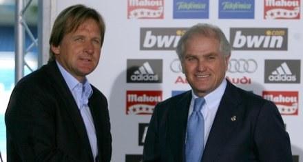 Ramon Calderon (z prawej) sprawi przed sezonem kilka prezentów trenerowi Berdnowi Schusterowi /AFP
