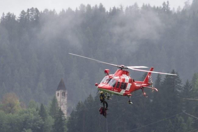 Ranni zostali przetransportowani do szpitala śmigłowcem /PAP/EPA/ARNO BALZARINI /PAP/EPA