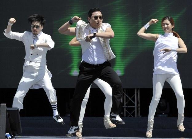 """Raper Psy podczas wykonywania utworu """"Gangnam style"""" /AFP"""