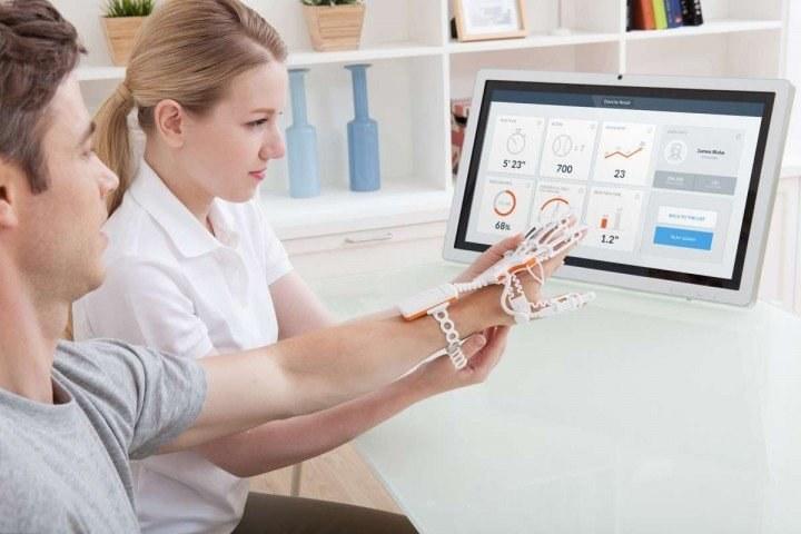 Raphael Smart Glove pomoże w rehabilitacji pacjentów po wylewie /materiały prasowe