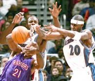 Raptors - Wizards 109:114. Larry Hughes (z prawej) był bohaterem ekipy ze stolicy /AFP