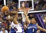 Raptors - Wizards 74:68. Vince Cater pakuje piłkę do kosza ponad Jefferiesem i K. Brownem