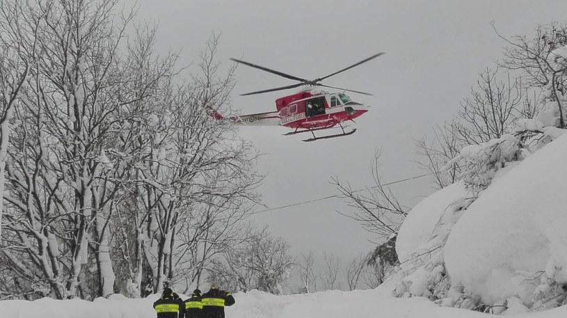 Ratownicy i helikopter nad hotelem Rigopiano /PAP/EPA