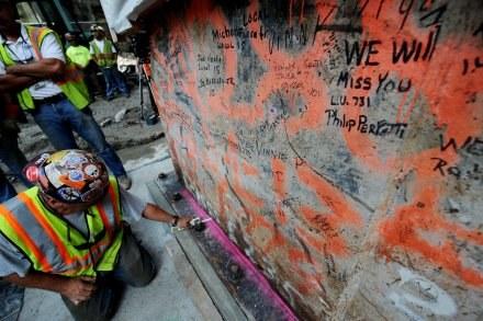 Ratownicy podpisują się na gruzach WTC /AFP