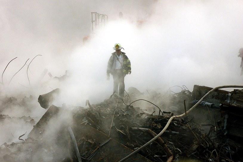 Ratownicy pomagali w opanowaniu ataku terrorystycznego na WTC, a teraz sami umierają /AFP