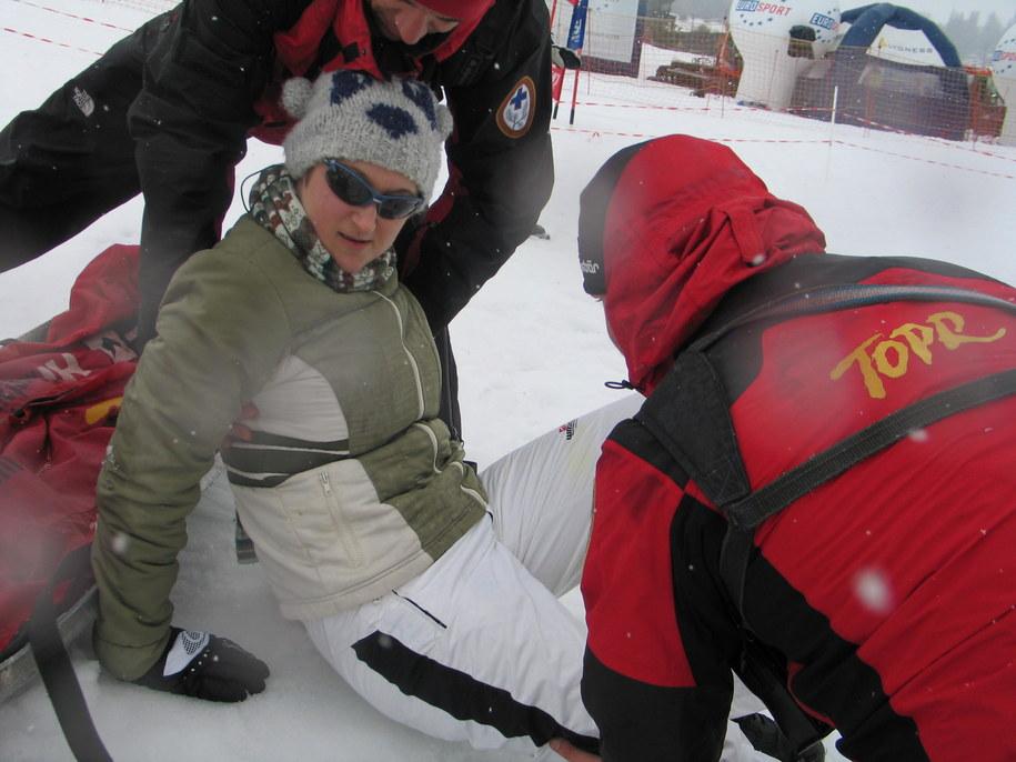 Ratownicy TOPR zaopatrują ranną narciarkę /Maciej Pałahicki /RMF FM