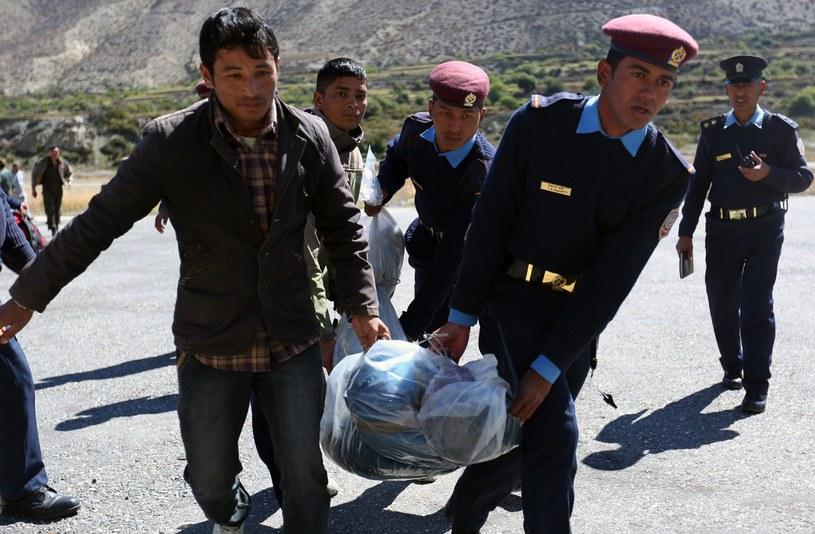 Ratownicy wydobyli spod śniegu ciała 32 turystów i nepalskich przewodników /AFP