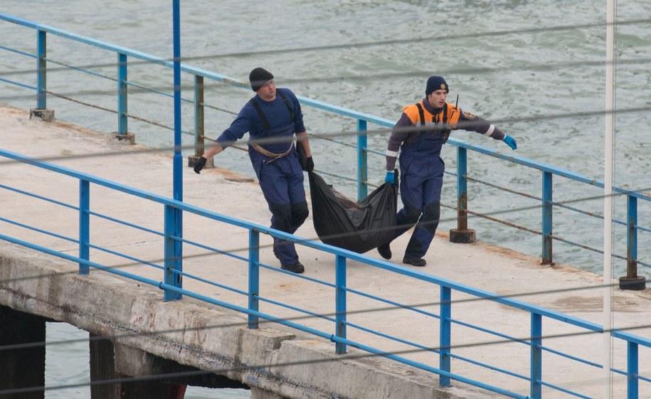 Ratownicy wynoszą worek, prawdopodobnie z ciałem ofiary /YEVGENY REUTOV    /PAP/EPA