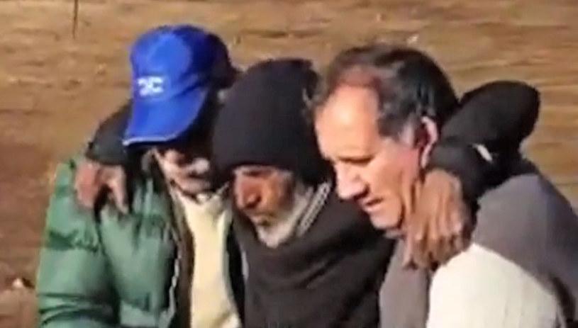 Raul Gomez Cincunegui z ratownikami /AFP
