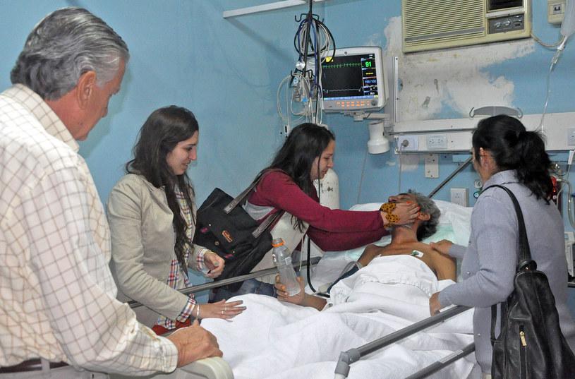 Raul Gomez (w łóżku) w trakcie spotkania z krewnymi /PRENSA GOBERNACION DE SAN JUAN  /AFP