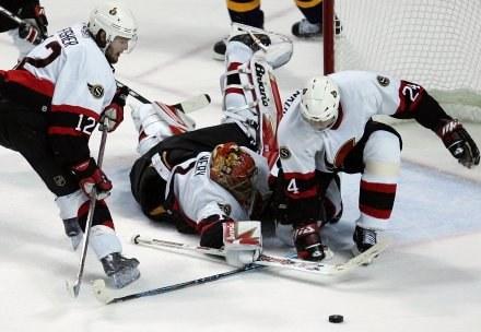 Ray Emery z poświęceniem bronił dostępu do własnej bramki. Sabres-Senators 2:5 /AFP