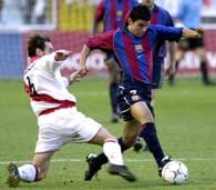 Rayo - Barcelona 2:1. Angel Luis Alcaraz (z lewej) atakuje Javiera Saviolę