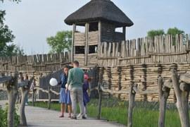 Razem z małą Basią (Gabrysia Raczyńska), córeczką Ali, w odcinkach 1158 i 1159 (emisja po wakacjach) wybiorą się do Pałuk, których jedną z pereł jest właśnie Wenecja – urokliwa wieś leżąca na przesmyku między trzema jeziorami – Biskupińskim, Weneckim i Skrzynka – połączonymi rzeką Gąsawką. Młodzi małżonkowie dotrą tu kolejką wąskotorową ze stacji Żnin.